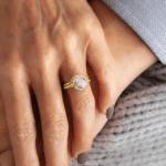 Inel de logodna Aur Galben cu Diamante accent pe deget